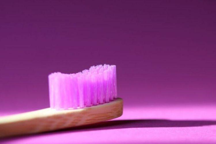 Różowa szczoteczka do zębów